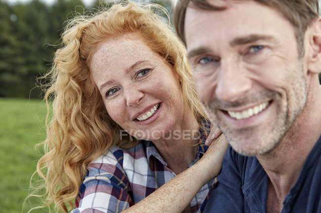 Портрет посміхаючись пара обіймати на відкритому повітрі — стокове фото