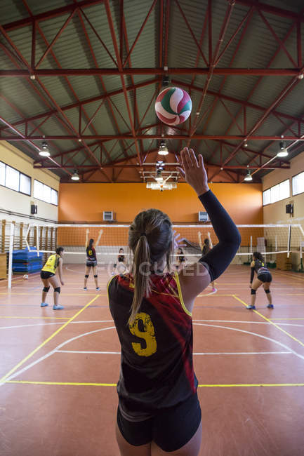 Volleyball player serving the ball during a volleyball match — Stock Photo