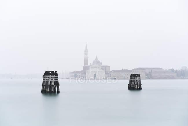 Itália, Veneza, Veneza, nascer do sol em San Giorgio maggiore de zattere no dia nebuloso — Fotografia de Stock