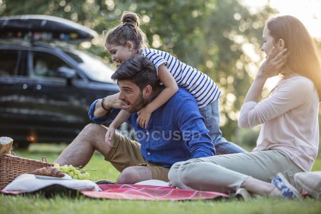 Счастливый пикник во время путешествия — стоковое фото