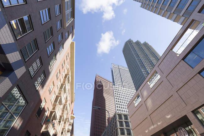 Низький кут зору сучасної будівлі проти неба денний час — стокове фото
