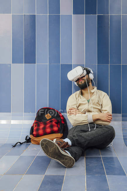 Man wearing virtual reality glasses and headphones — Stock Photo