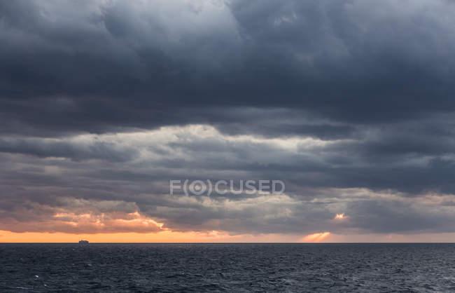 Italie, Manarola, paysage marin avec ciel orageux au coucher du soleil — Photo de stock