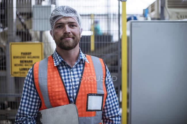 Porträt eines selbstbewussten Inspektors in einer Industriefabrik — Stockfoto
