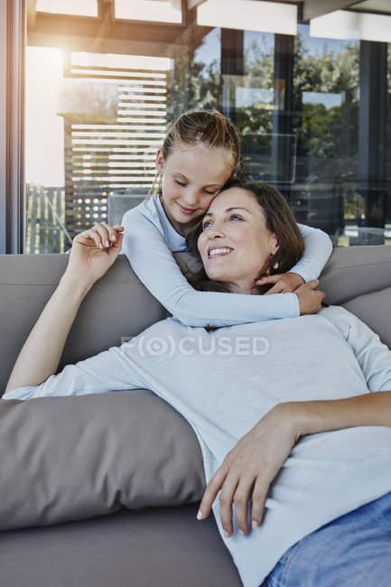 Портрет дівчині всеосяжне матері на дивані — стокове фото