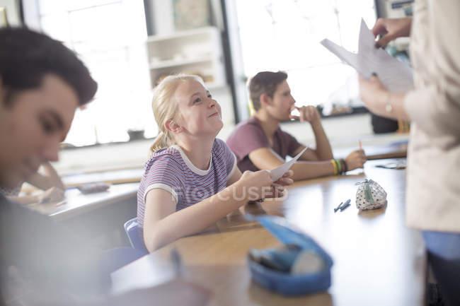 Усміхаючись студентка отримання результатів випробувань — стокове фото