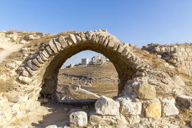 Иордания, Эль-Карак, замок крестоносцев Керак, вид через арку на современных зданий — стоковое фото