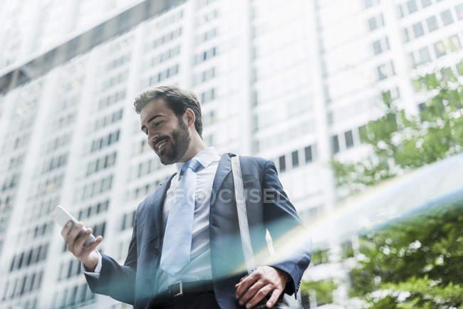 Homme d'affaires utilisant un téléphone portable — Photo de stock
