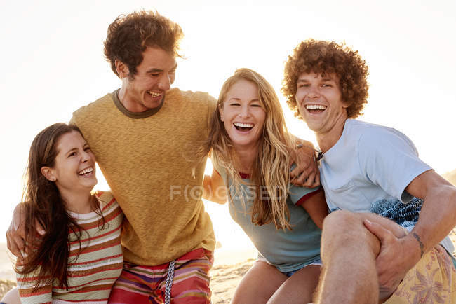 Happy friends am strand — Stockfoto