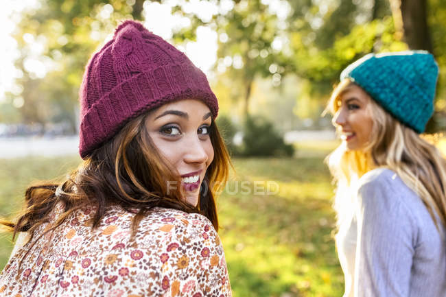 Two best female friends in park in autumn — Stock Photo