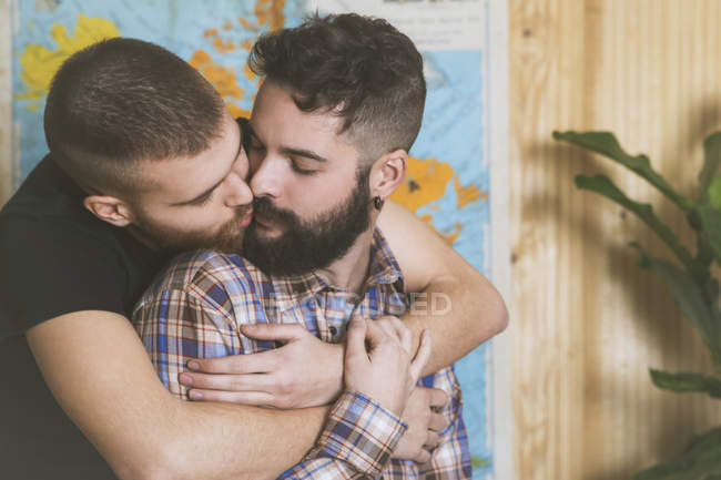 Close-up of Young gay couple in love kissing — Stock Photo