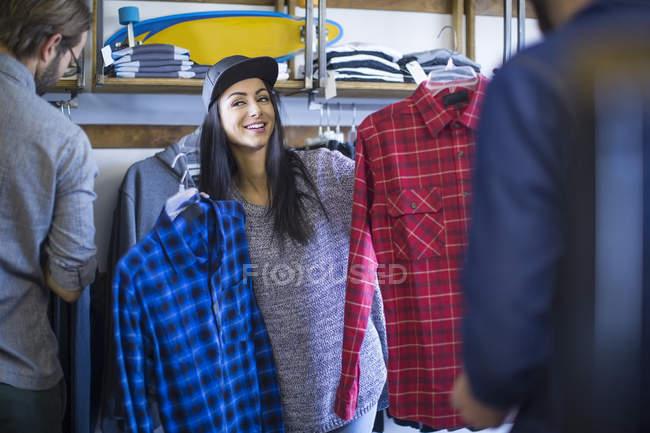 Amis heureux choisir des vêtements dans la boutique — Photo de stock