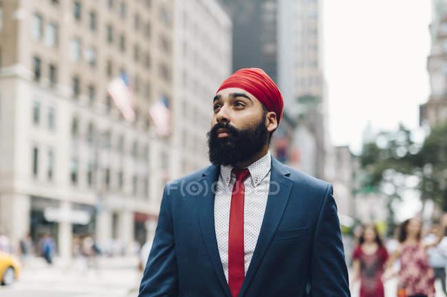 Indischer Geschäftsmann zu Fuß auf den Straßen in manhattan, ny, usa — Stockfoto