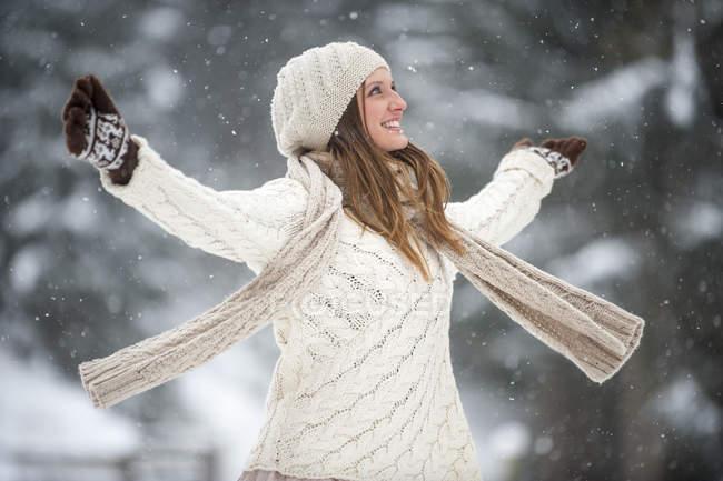 Счастливый блондин женщина, одетая трикотажа в зимний период — стоковое фото