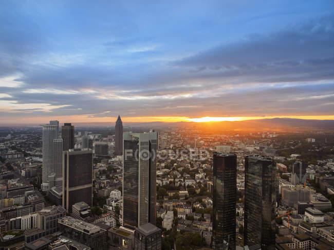 Німеччина, Франкфурт, пташиного польоту міський пейзаж на заході сонця — стокове фото