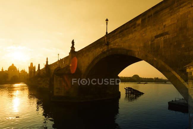 Czechia, Praga, vista sul Ponte Carlo all'alba — Foto stock