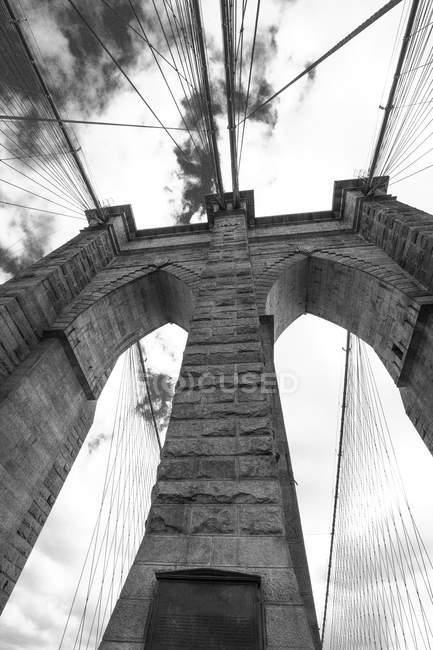 США, Нью-Йорк, часть Бруклинского моста, чёрно-белый — стоковое фото