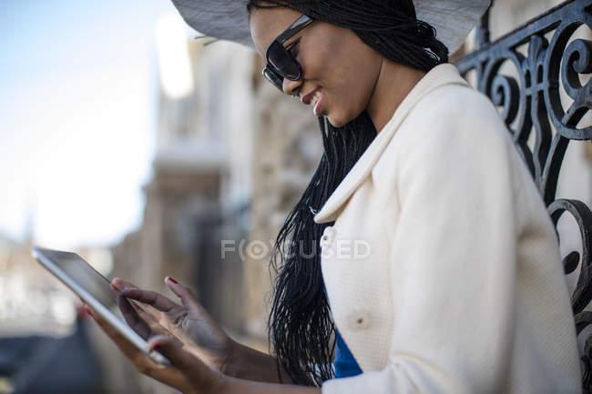 Afro-américaine femme en utilisant la tablette à l'extérieur — Photo de stock