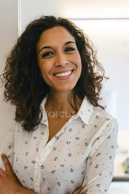 Portrait d'une femme d'affaires souriante regardant la caméra — Photo de stock