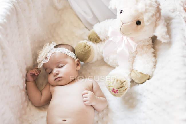 Menina com faixa de cabelo na cama a dormir — Fotografia de Stock