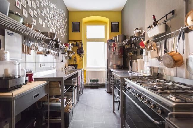Інтер'єр денного зору світлі сучасні кухні — стокове фото
