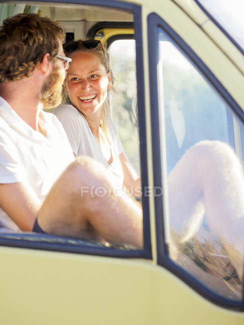 Happy couple traveling in a camper in sunshine — Stock Photo