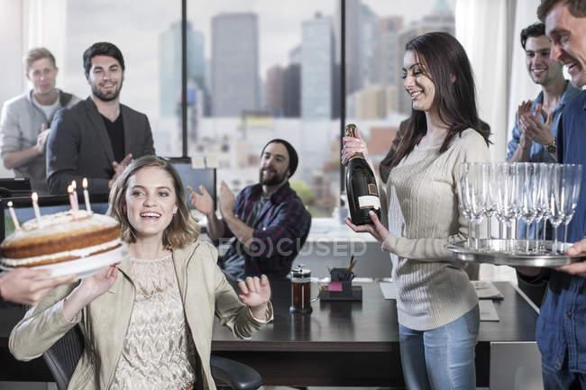 Жіночий офіс працівник день народження office surpise з тортом і свічки — стокове фото