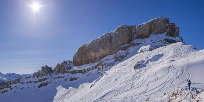Альпы Альгау, Австрийск-Немецкий границы, женщина берет selfie перед Hoher Ifen — стоковое фото