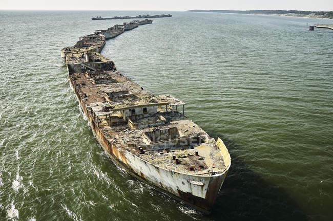 EE.UU., Fotografía aérea de barcos hundidos formando un mamparo a lo largo de la costa oriental de Virginia de la bahía de Chesapeake - foto de stock
