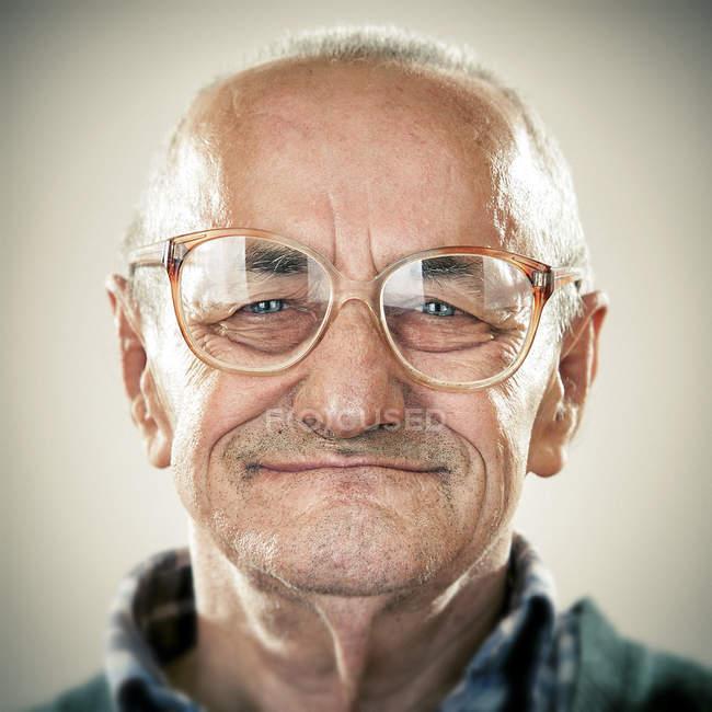 Retrato de sorrir homem sênior olhando para a câmera — Fotografia de Stock