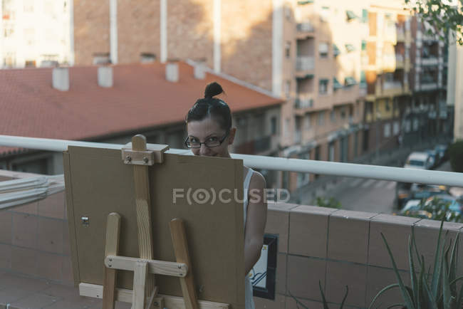Young woman drawing on roof terrace of her penthouse — Stock Photo