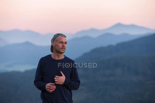Austria, Mondsee, Mondseeberg, ritratto dell'uomo che indossa un basecap al tramonto — Foto stock