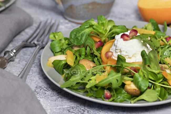 Nahaufnahme von grünem Salat mit Rucola und Gemüse — Stockfoto