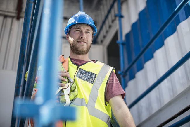 Construction worker on construction site wearing safety vest — Stock Photo