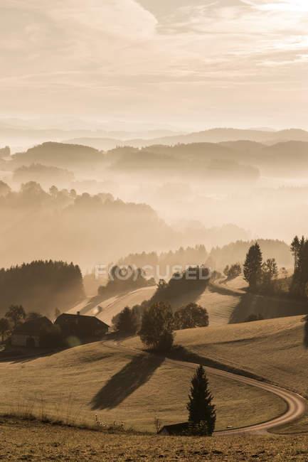 Австрия, Muhlviertel, осеннего пейзаж с горами на рассвете — стоковое фото