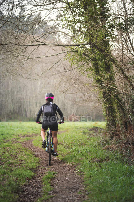 Mountain biker riding bike on trail — Stock Photo