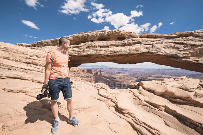 USA, Utah, man in Dead Horse Point with camera — Stock Photo