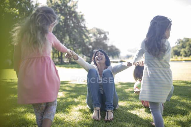 Due ragazze che giocano con la loro mamma al parco — Foto stock