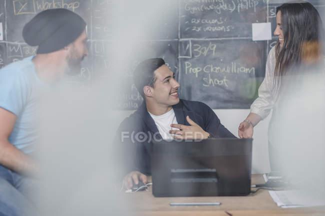 Discuter au cours de la réunion informelle des gens d'affaires — Photo de stock