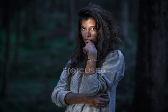 Retrato de jovem mulher na floresta — Fotografia de Stock