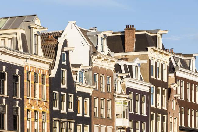 Veduta di vecchie case in strada durante il giorno, in Olanda — Foto stock