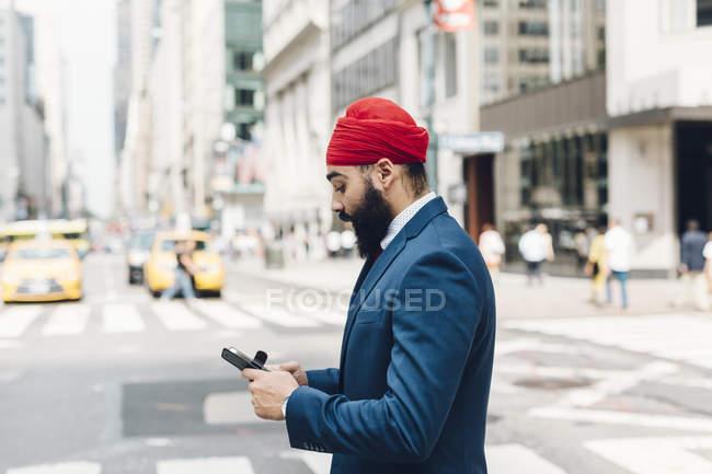 Homme d'affaires indien utilisant son téléphone portable à Manhattan, NY, USA — Photo de stock