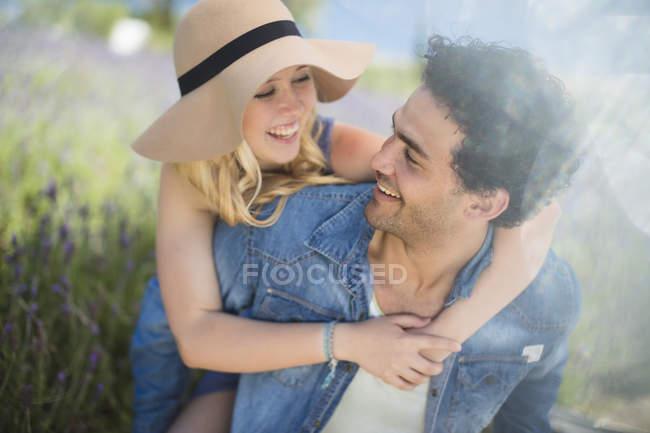 Счастливая пара, обнимающая лавандовое поле — стоковое фото