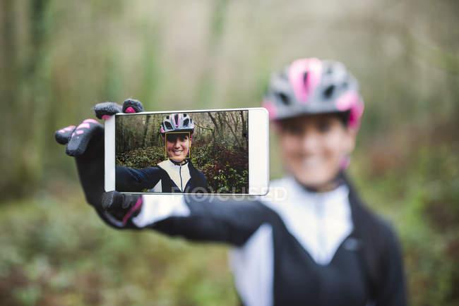 Weibliche Mountain Biker nehmen selfie — Stockfoto