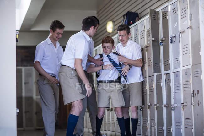 Estudiantes de secundaria intimidación classmate - foto de stock