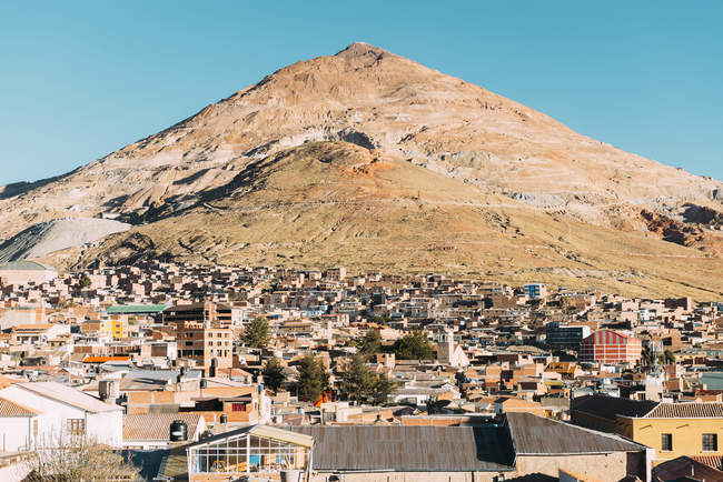Città della Bolivia, Potosi, con la montagna di Cerro Rico su priorità bassa — Foto stock