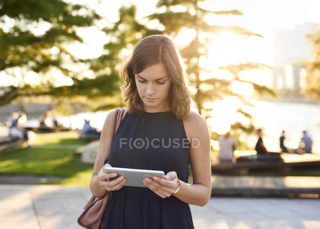 Allemagne, Hambourg, Jeune femme utilisant une tablette numérique — Photo de stock