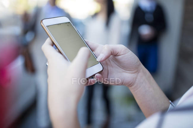 Close-up de mulher segurando o telefone celular — Fotografia de Stock