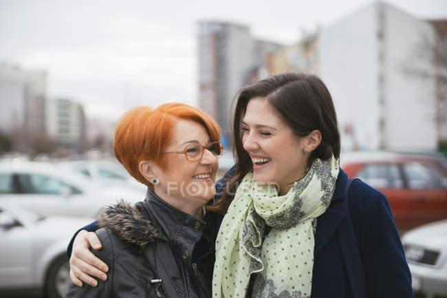 Madre e figlia adulta ritratti presso via della città — Foto stock