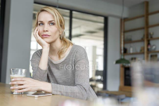 Mulher com um coffee break no escritório — Fotografia de Stock